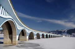 Brücke im Wintersee Stockfoto