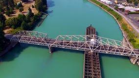 Brücke Kreuzungsstadtbilder eines Flusses im Hintergrund stock video footage