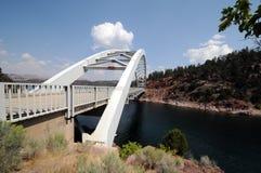 Brücke in lodernder Schlucht Stockbilder