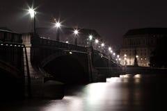 Brücke in London nachts Lizenzfreie Stockfotos