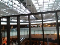 Brücke mit abgetöntem Glas im Eingang Hall des Zürich-Flughafens ZRH Lizenzfreie Stockbilder