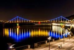 Brücke mit blauem und gelbem Licht nachts stockbilder