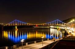 Brücke mit blauem und gelbem Licht nachts lizenzfreie stockbilder