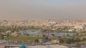Brücke mit Brunnen und See im Strebung parken timelapse in Doha, Katar stock footage