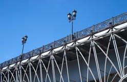 Brücke mit dekorativem Zaun und Laternen Stockfotos