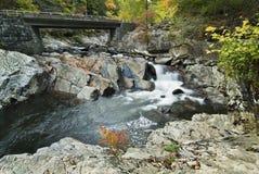 Brücke mit dem Strom, der unter ihn fließt Lizenzfreies Stockfoto