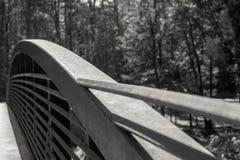 Brücke mit gebogenem Metallgeländer Lizenzfreies Stockfoto