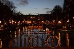 Brücke mit Leuchten Stockbild
