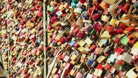 Brücke mit Liebesverschlüssen, Vorhängeschlösser hängen schweres, Symbol-Verhältnis stock video