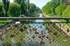 Brücke mit Liebhaberverschlüssen Lizenzfreie Stockfotos