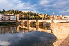 Brücke mit reflaction auf der Arno-Fluss Lizenzfreie Stockbilder