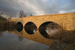 Brücke mit Reflexion Lizenzfreie Stockbilder