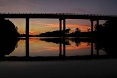 Brücke mit Sonnenuntergang-Reflexionen Lizenzfreie Stockfotos