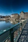 Brücke mit vielen Verschlüssen, die Liebe in Zürich in der Schweiz auf dem Fluss Limmat symbolisieren stockfotos
