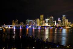 Brücke nach im Stadtzentrum gelegenes Miami stockfotografie