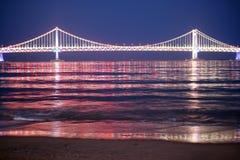Brücke - Nachtansicht Lizenzfreie Stockbilder