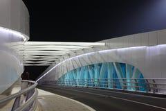 Brücke nachts, Abu Dhabi Lizenzfreie Stockbilder
