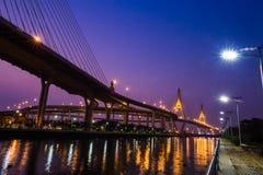 Brücke nachts von Bangkok, Thailand Lizenzfreie Stockbilder