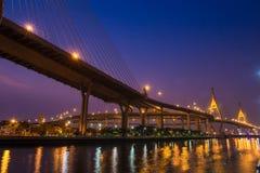 Brücke nachts von Bangkok, Thailand Lizenzfreie Stockfotos