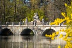 Brücke nahe dem See im Park von Chopin Warschau Stockfoto