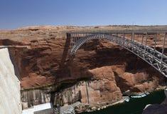 Brücke nahe der Verdammung auf See Powell Lizenzfreie Stockfotos