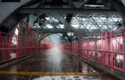 Brücke nahe New York Manhattan bedeckt im Nebel lizenzfreie stockfotografie