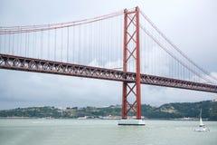 Brücke nannte am 25. April in Lissabon in Portugal gegen den Himmel Lizenzfreies Stockfoto