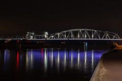 Brücke Oude IJssel mit der Eisenbahnbrücke bei Zutphen nachts lizenzfreie stockbilder