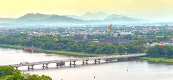 Brücke Phu Xuan schließt beide Seiten Parfüm-Fluss an Stockfoto