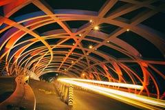 Brücke Pont Hans-Wilsdorf nachts lizenzfreie stockbilder
