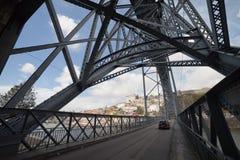 Brücke Ponte Luiz I in Porto Stockfotos