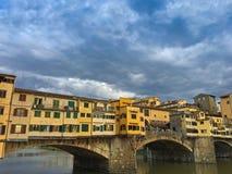 Brücke Ponte Vecchio über der Arno-Fluss am bewölkten Abend in Floren Stockfoto