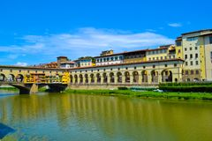 Brücke Ponte Vecchio Vecchio durch der Arno-Fluss, in Florenz, stockfotografie