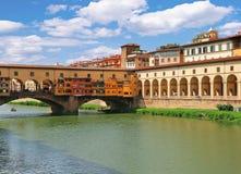 Brücke Ponte Vecchio und Korridor Corridoio Vasariano Vasari in Florenz, Italien lizenzfreie stockbilder