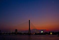 Brücke Rama VIII im Sonnenuntergang Lizenzfreies Stockbild