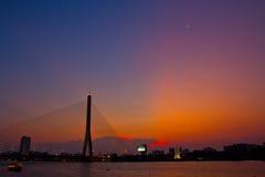 Brücke Rama VIII im Sonnenuntergang Lizenzfreie Stockbilder
