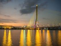 Brücke Rama VIII nachts auf dem Fluss in Thailand Lizenzfreies Stockfoto
