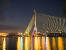 Brücke Rama VIII nachts auf dem Fluss in Thailand Lizenzfreie Stockbilder