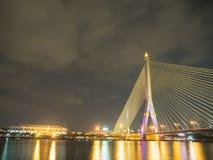 Brücke Rama VIII nachts auf dem Fluss in Thailand Stockbild