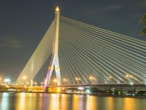 Brücke Rama VIII nachts auf dem Fluss in Thailand Lizenzfreie Stockfotografie