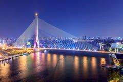 Brücke Rama VIII nachts in Bangkok- und Chopraya-Fluss, Thailan Stockfoto