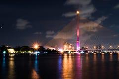 Brücke Rama VIII nachts in Bangkok- und Chopraya-Fluss, Thailan Stockbilder