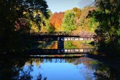 Brücke, Reflexion, Fall-Farben Lizenzfreie Stockfotografie