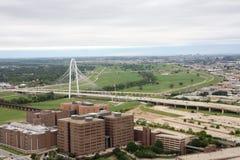 Brücke schließen Stadtzentrum und Landschaft an Lizenzfreie Stockfotografie