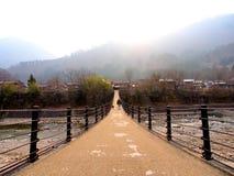 Brücke an Shirakawa-gehen Dorf morgens, Toyama, Japan Stockfotos