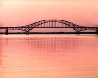 Brücke am Sonnenaufgang Lizenzfreie Stockfotos