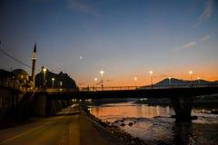 Brücke am Sonnenaufgang und an Kursumlija-Moschee, Bosnien und Herzegowina stockfotos