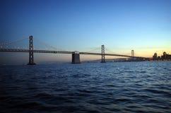 Brücke am Sonnenuntergang Stockfotografie