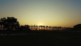 Brücke U Bein bei Sonnenuntergang, Myanmar stock video