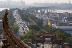 Brücke und alter chinesischer Garten Stockbilder